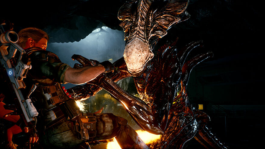 A xenomorph attacks a marine in Aliens: Fireteam screenshot.