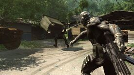 A man throws a large container at a soldier in Crysis