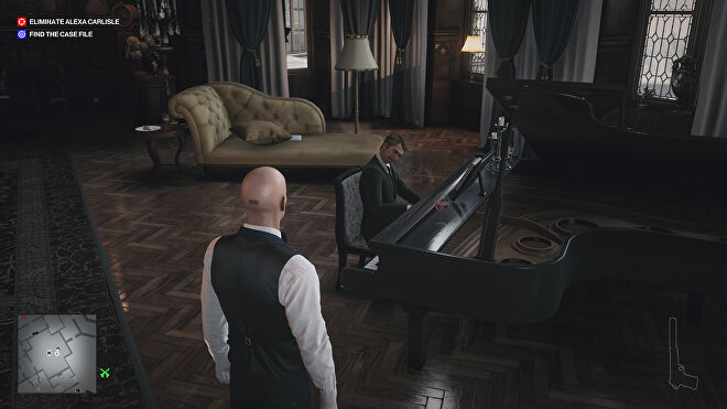Ian Hitman watches a man play piano in a swanky, old-money dining room in the Dartmoor mansion level.