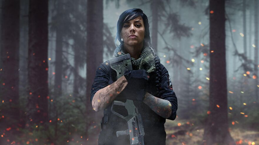 An image showing Mara, a character from Modern Warfare, played by actress Alex Zedra.